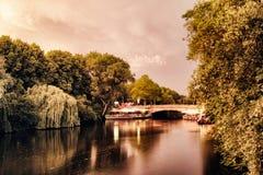 O lago Alster nos povos famosos do parque da cidade das árvores românticas místicos de Hamburgo Alemanha que enfileiram o céu do  fotografia de stock