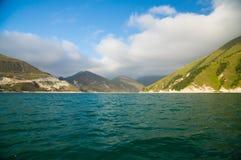 O lago alto-montanhoso Kezenoy-está em Chechnya Fotografia de Stock Royalty Free