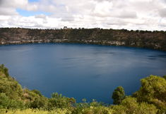 O lago azul incrível em Mt Gambier Fotos de Stock Royalty Free
