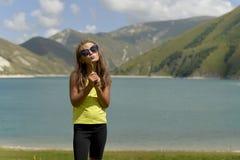 O lago azul Kazenoi da montanha está na república chechena em um dia de verão ensolarado foto de stock