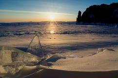O Lago Baikal congelado Paisagem do inverno com gelo e neve perto das rochas da ilha de Olkhon no por do sol fotografia de stock