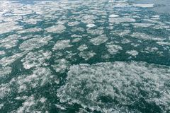 O Lago Baikal na mola Ideia da tração do gelo no mar pequeno das rochas litorais Fotografia de Stock Royalty Free