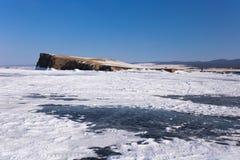 O Lago Baikal no dia de inverno O gelo perto dos penhascos da ilha de Haranci imagens de stock royalty free