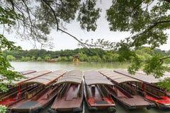 O lago, o barco e o pavilhão Imagem de Stock Royalty Free