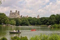 O lago Central Park e o Beresford New York Fotos de Stock