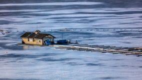 O LAGO CONGELADO - COLORADO, o 8 de março de 2017 - barco do porto da forquilha do lago entra em Mesa Reservoire azul, nacional R Fotos de Stock