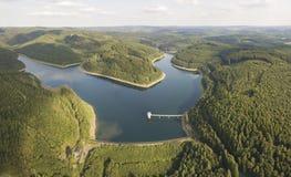 O lago da represa de Obernau em Siegerland, Alemanha imagem de stock