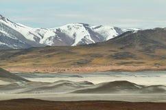 O lago de sal da vista das montanhas e dos calientes das águas em Sico passa, o Chile fotografia de stock
