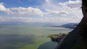 O lago Dianchi visto de Dragon Gate, Yunnan, China imagem de stock royalty free