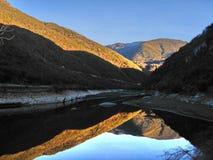 O lago dourado. Imagens de Stock Royalty Free