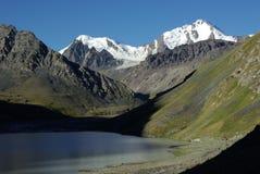O lago e as montanhas Fotografia de Stock