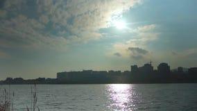 O lago e a luz solar ondulados fazem o brilho da lente filme