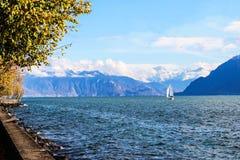 O lago e a parede da montanha Fotografia de Stock Royalty Free