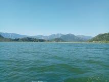 O lago enorme Skadar, cercado pelas montanhas majestosas em Montenegro imagens de stock royalty free