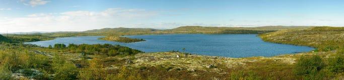 O lago está entre os montes Kola Peninsula Imagem de Stock Royalty Free