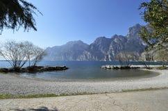 O lago Garda e as montanhas vistas de Torbole encalham Fotografia de Stock