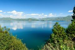 O lago gosta de um espelho fotos de stock