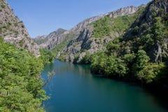 O lago idílico Matka, garganta ao lado da capital Skopje, Macedônia Imagens de Stock Royalty Free