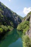 O lago idílico Matka, garganta ao lado da capital Skopje, Macedônia Fotos de Stock Royalty Free