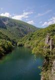 O lago idílico Matka, garganta ao lado da capital Skopje, Macedônia Foto de Stock
