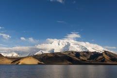 O lago Karakul na província de Xinjiang em China do noroeste imagem de stock