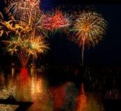 O lago Madison e a cidade de Madison, South Dakota comemoram 4o julho com fogos-de-artifício Fotografia de Stock Royalty Free
