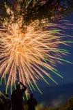 O lago Madison e a cidade de Madison, South Dakota comemoram 4o julho com fogos-de-artifício Fotos de Stock Royalty Free