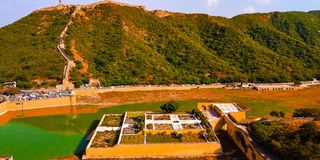 O lago Maotha no forte ambarino, Jaipur fotos de stock
