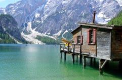 O lago maravilhoso Braies nas dolomites na mola com as montanhas ainda cobertas na neve imagem de stock