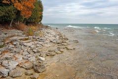 O lago Michigan acena ao longo da costa fotografia de stock