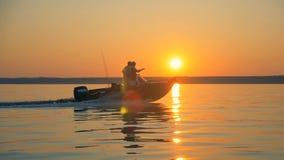 O lago na luz solar está obtendo cruzado por dois pescadores video estoque
