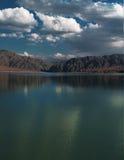 O lago nas montanhas ajardina (reservatório de Bartogai), Ásia central Fotos de Stock Royalty Free