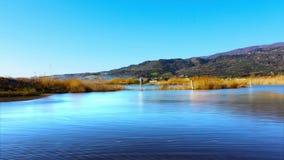 O lago, a natureza e a água surgem, o lapso de tempo, 4k filme