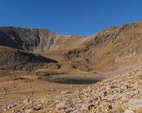 O lago no meio do vale entre montanhas fotografia de stock royalty free