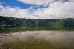 O lago overview, céu azul, nuvens, árvores Jose faz o Canto Forest Garden, Furnas, Sao Miguel, Açores Portugal fotografia de stock