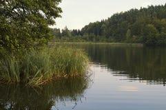O lago pequeno e quieto de Saissersee perto de Velden fotos de stock royalty free