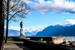 O lago quase agradável da menina e a parede da montanha Foto de Stock Royalty Free