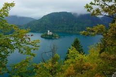 O lago sangrou com a igreja do St Marys da suposição na ilha pequena Eslovênia, Europa foto de stock royalty free