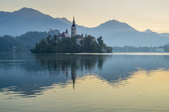 O lago sangrou com a igreja do St Marys da suposição na ilha pequena; Sangrado, Eslovênia, foto de stock