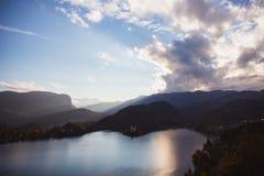 O lago sangrou, ilha no lago no nascer do sol no outono ou inverno foto de stock