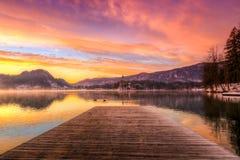 O lago sangrou no inverno, Eslovênia, Europa Imagem de Stock