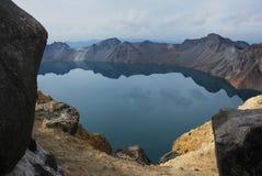 O lago Tianchi na cratera do vulcão. Imagem de Stock