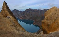O lago Tianchi na cratera do vulcão. Imagens de Stock