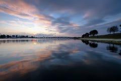 O lago, a tranquilidade, a noite foto de stock