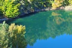 O lago turquoise igualmente conhecido como Emerald Lake, é classificado como um dos lagos os mais bonitos do parque nacional de W fotografia de stock royalty free