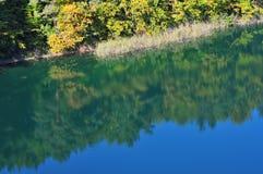 O lago turquoise igualmente conhecido como Emerald Lake, é classificado como um dos lagos os mais bonitos do parque nacional de W imagem de stock