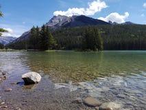 O lago two Jack, Alberta, Canadá Fotografia de Stock Royalty Free
