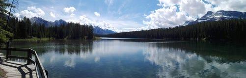 O lago two Jack, Alberta, Canadá Imagem de Stock