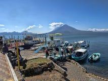 O lago vulcânico Atitlan na Guatemala é considerado um do mais bonitos e é uma grande atração turística imagem de stock