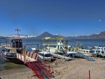 O lago vulcânico Atitlan na Guatemala é considerado um do mais bonitos e é uma grande atração turística fotografia de stock